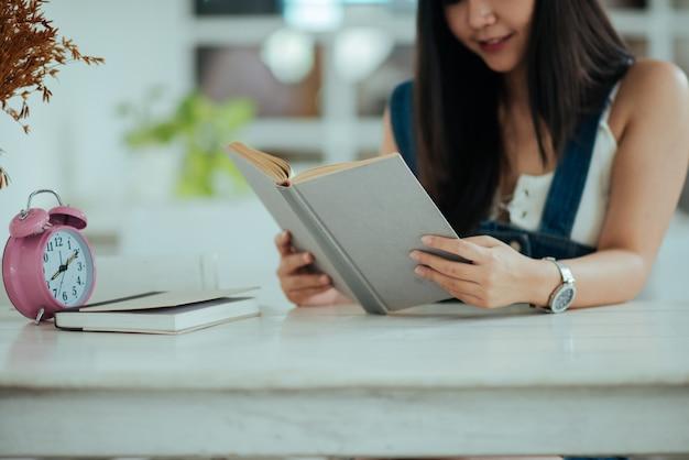 Mooie vrouw met leesboek Gratis Foto