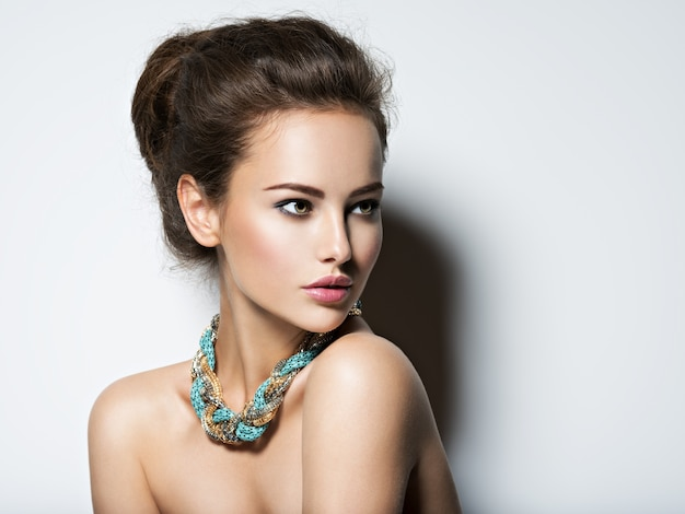 Mooie vrouw met make-up ketting en schoonheid mode foto Gratis Foto