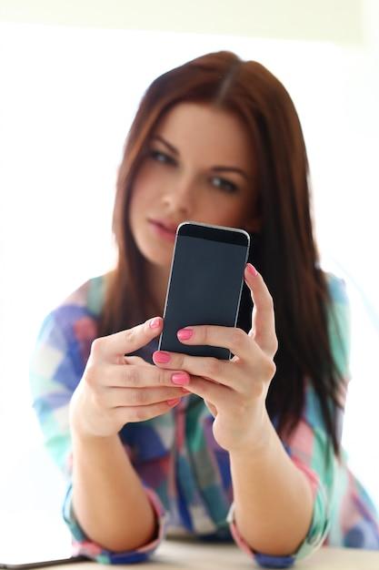 Mooie vrouw met mobiele telefoon Gratis Foto