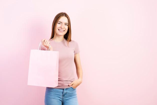 Mooie vrouw met papieren zak Premium Foto