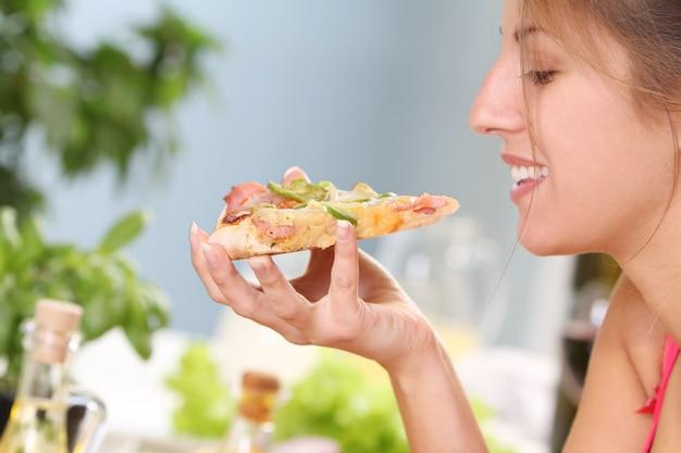 Mooie vrouw met pizza Gratis Foto