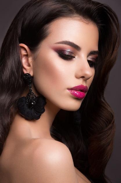 Mooie vrouw met professionele make-up. roze lippen Premium Foto