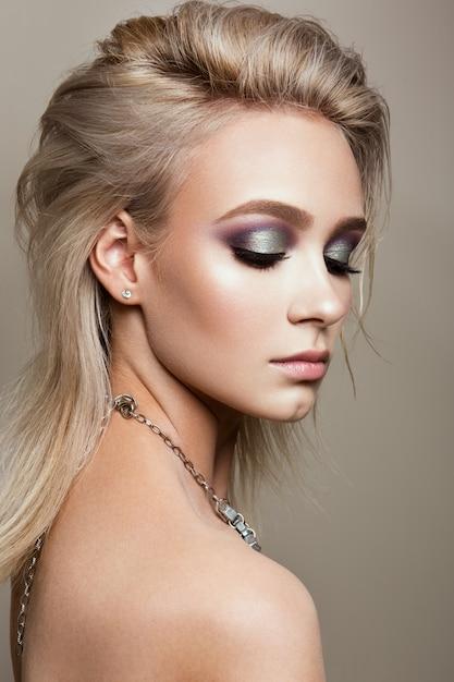 Mooie vrouw met professionele make-up Premium Foto