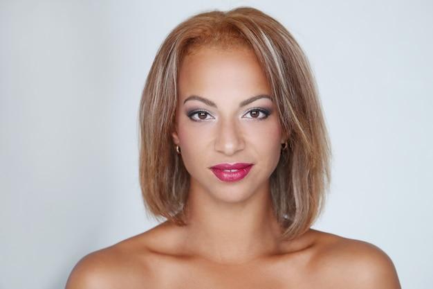 Mooie vrouw met rode lippen Gratis Foto