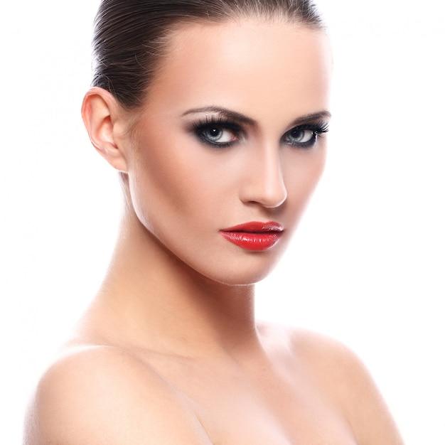 Mooie vrouw met rode lippenstift Gratis Foto