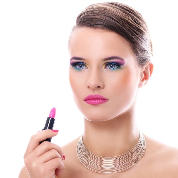 Mooie vrouw met roze lippenstift Gratis Foto