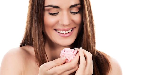 Mooie vrouw met roze roos op witte achtergrond, panoramisch uitzicht Gratis Foto