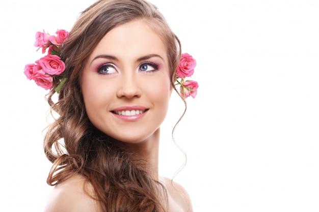 Mooie vrouw met rozen in haar Gratis Foto