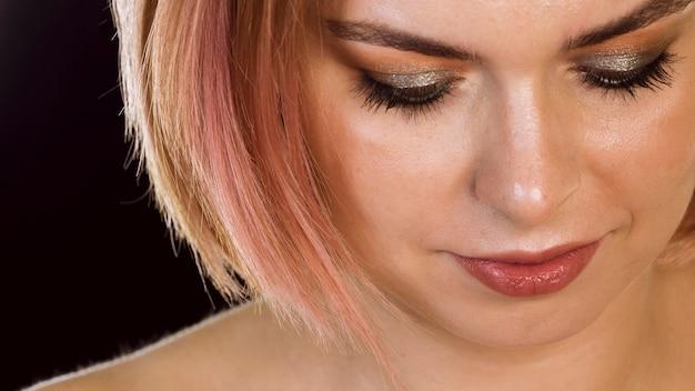 Mooie vrouw met shimmer oogschaduw Gratis Foto