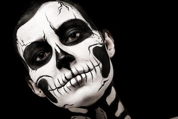 Mooie vrouw met skeletlichaam het schilderen Premium Foto