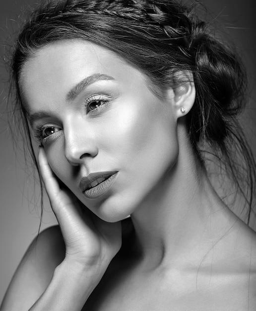 Mooie vrouw met verse dagelijkse make-up Gratis Foto