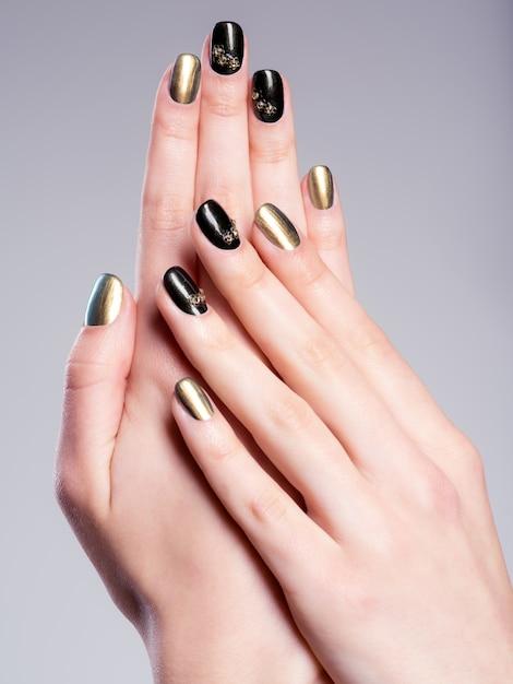 Mooie vrouw nagels met mooie creatieve manicure Gratis Foto