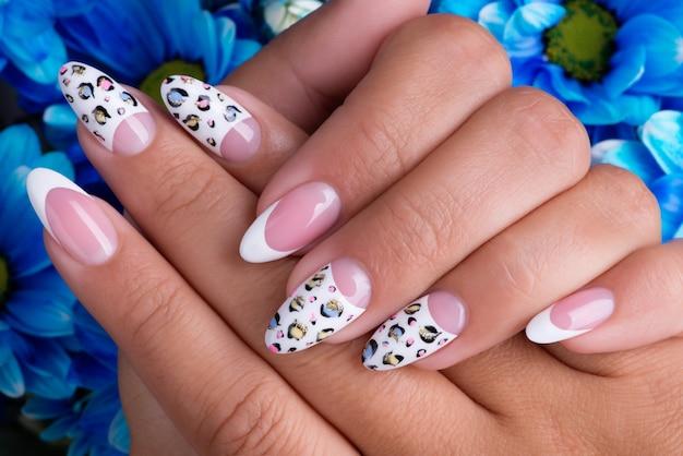 Mooie vrouw nagels met prachtige franse manicure en art design Gratis Foto