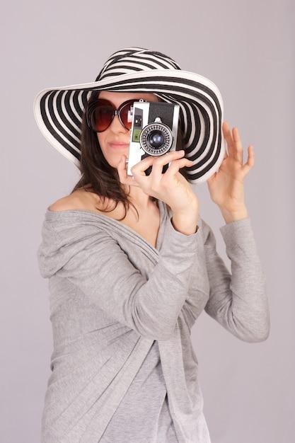 Mooie vrouw neemt een foto Premium Foto