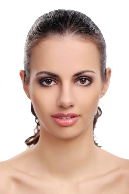 Mooie vrouw op een witte achtergrond Gratis Foto