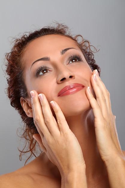 Mooie vrouw op middelbare leeftijd met make-up Gratis Foto