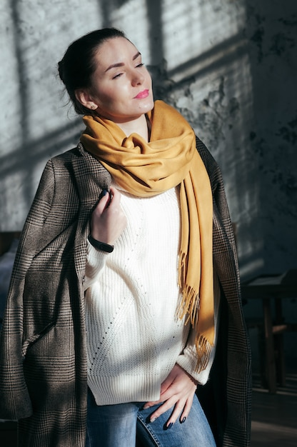 Mooie vrouw portret in casual kleding street style Premium Foto