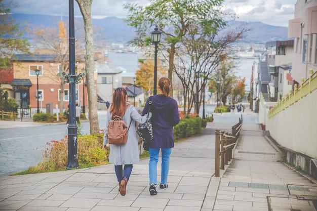 Mooie vrouw twee die op de straat in slof hachiman-zaka, hokkaido, japan lopen Premium Foto