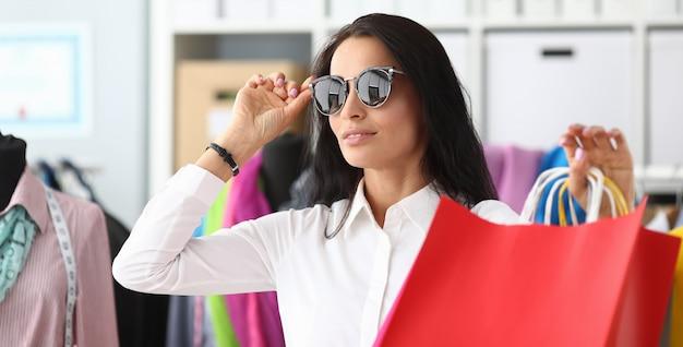Mooie vrouw wat betreft zonnebril Premium Foto