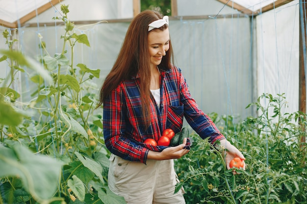 Mooie vrouw werkt in een tuin Gratis Foto