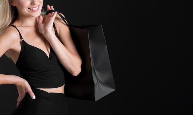 Mooie vrouw zwarte vrijdag concept met kopie ruimte Gratis Foto