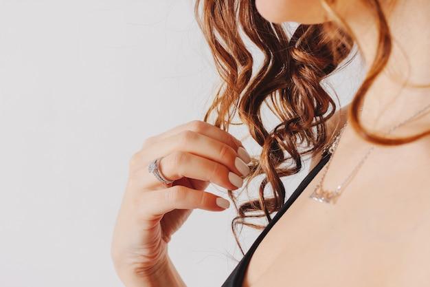 Mooie vrouwelijke handen met witte manicure en verlovingsring, Premium Foto