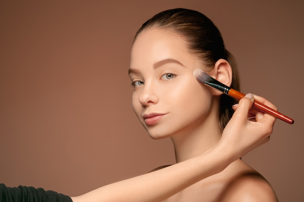 Mooie vrouwelijke ogen met make-up en borstel Gratis Foto