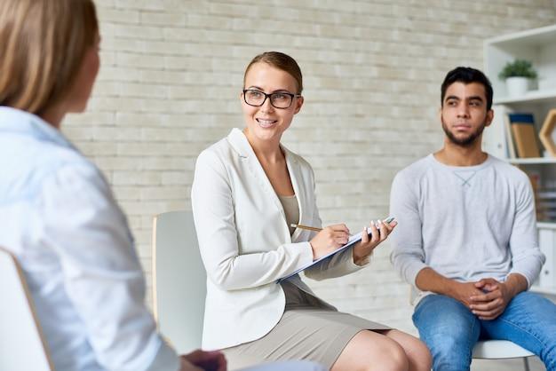 Mooie vrouwelijke psycholoog leading group therapy session Premium Foto