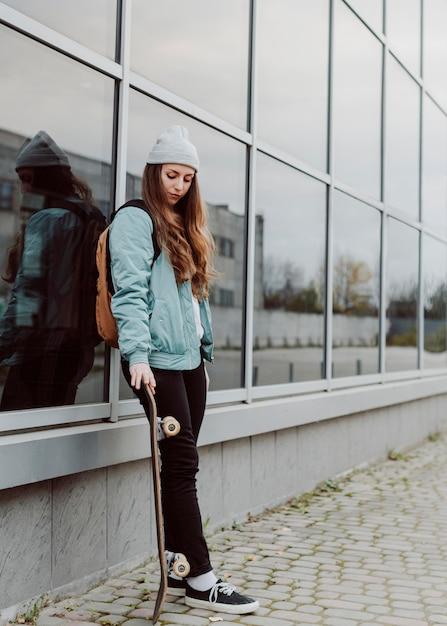 Mooie vrouwelijke skater met haar skateboard Gratis Foto