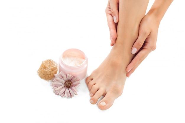 Mooie vrouwelijke voeten op spa salon Premium Foto