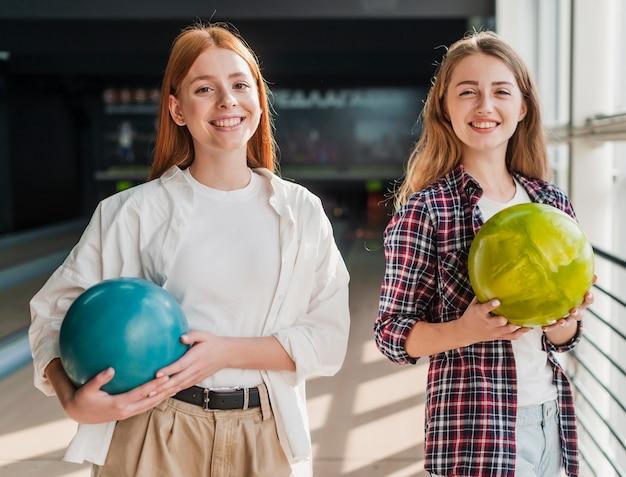 Mooie vrouwen die kleurrijke kegelenballen houden Gratis Foto