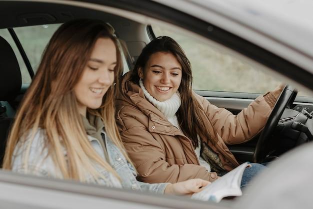 Mooie vrouwen die reiskaart dicht controleren Gratis Foto