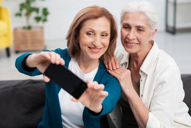 Mooie vrouwen die samen een selfie nemen Gratis Foto