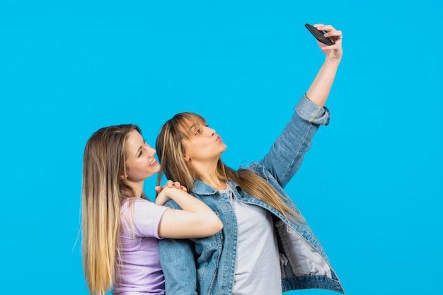 Mooie vrouwen die samen selfies nemen Gratis Foto