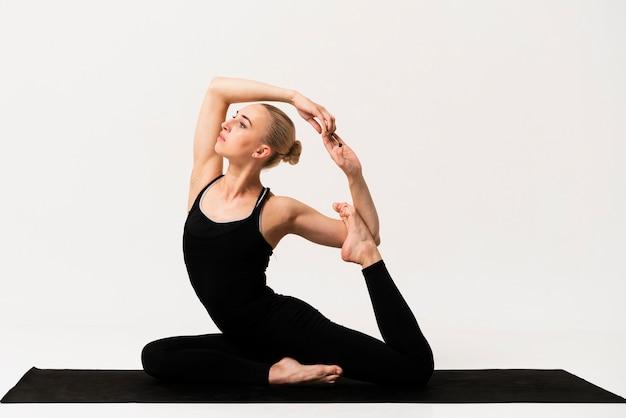 Mooie vrouwen elegante positie bij yogaklasse Gratis Foto