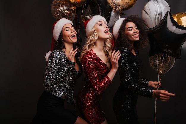 Mooie vrouwen in een goed humeur die wintervakantie vieren Gratis Foto