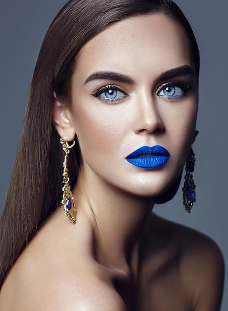 Mooie vrouwendame met blauwe lippen en juwelen Gratis Foto