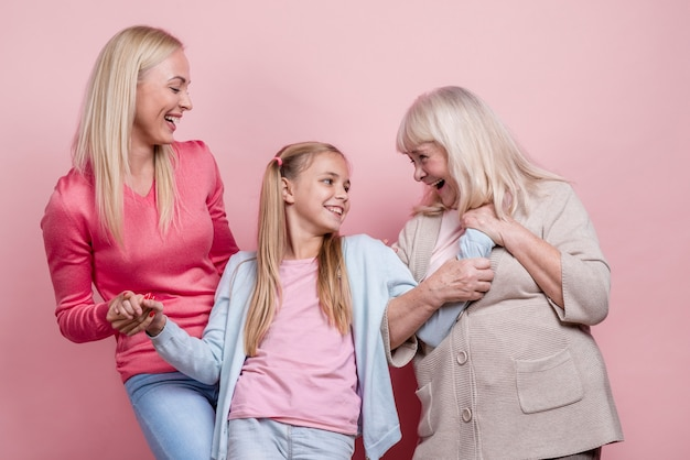 Mooie vrouwengeneratie die elkaar bekijkt Gratis Foto