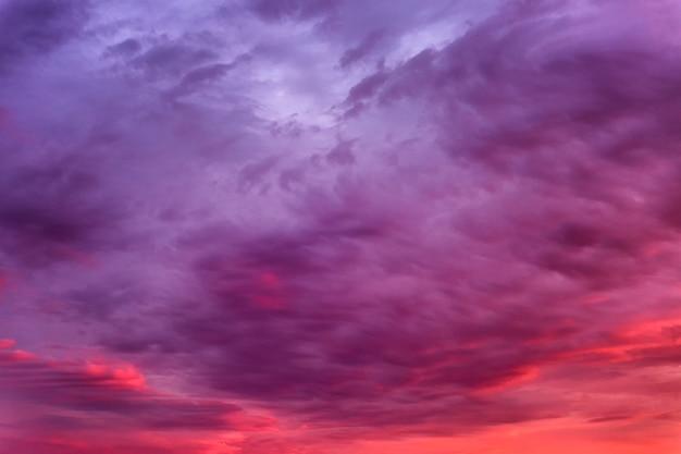 Mooie vurige zonsondergang aan de hemel. prachtig landschap. achtergrond. Premium Foto