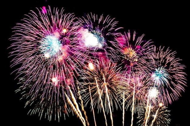 Mooie vuurwerkvertoning op hemel bij nacht voor viering Gratis Foto