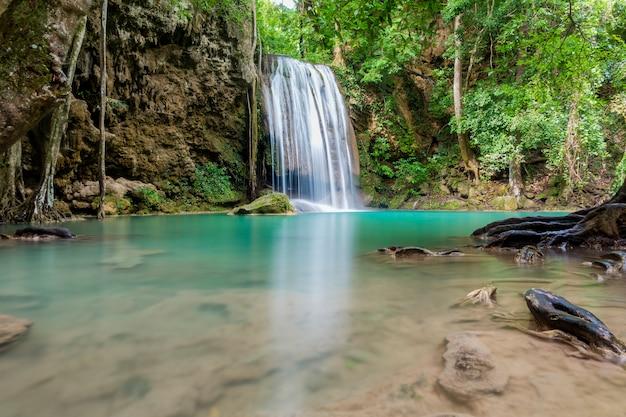 Mooie waterval in een thais nationaal park Premium Foto