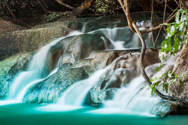 Mooie waterval Premium Foto