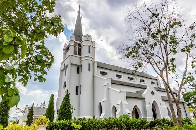 Mooie witte kerk in het midden van de vallei en de natuur Premium Foto