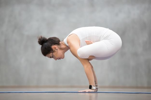 Mooie yoga: urdhva kukkutasana Gratis Foto
