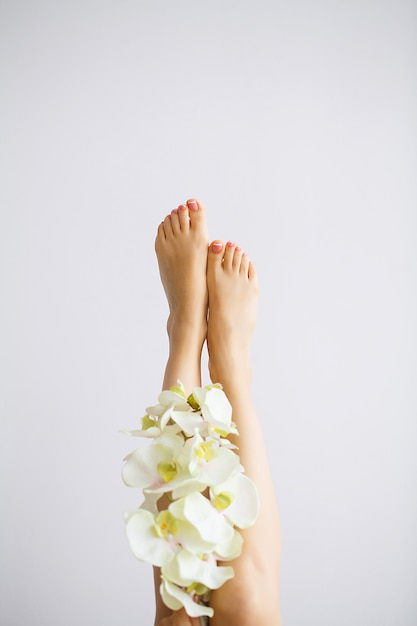 Mooie zachte huid. close-up van lange vrouwenbenen met perfecte haarloze gladde en zijdeachtige huid. haarverwijdering, schoonheid lichaamsverzorging s Premium Foto