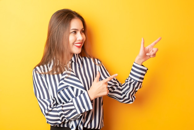 Mooie zakenvrouw presenteert iets Premium Foto