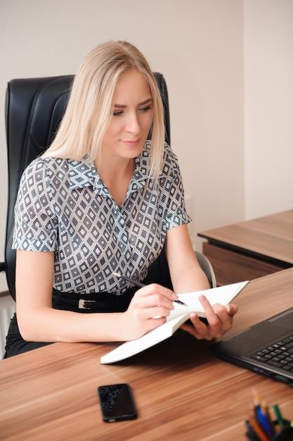 Mooie zakenvrouw werken met verkoop in haar kantoor Premium Foto