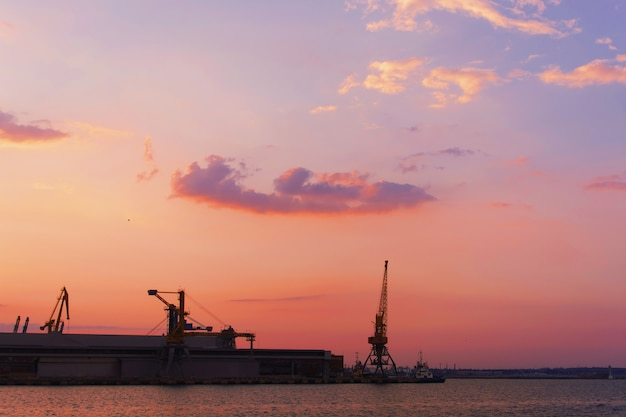 Mooie zonsondergang over het industriegebied van een stad in de voorsteden met de zon die water overdenkt Gratis Foto