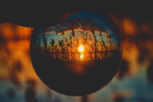 Mooie zonsopgang ondersteboven gezien vanuit een kristallen bol perspectief Gratis Foto