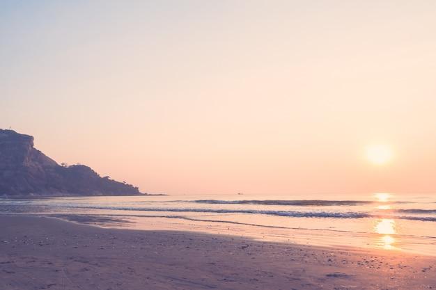Mooie zonsopgang op het strand Gratis Foto